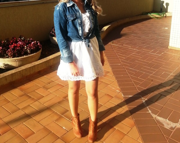 Vestido com camisa jeans e botinha