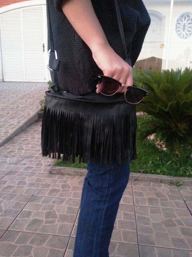 look do dia tricô preto, salto fino, calça flayre, ombré hair. cabelo platinado, bolsa de franja preta