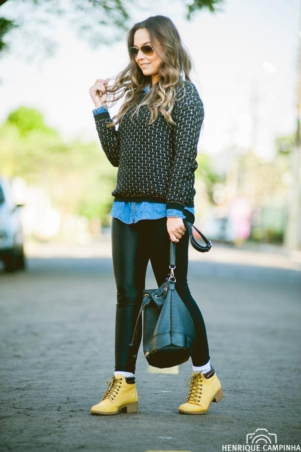 calça cirre preta, bota amarela yellow boot, meia aparecendo no look, sueter preto, bolsa saco