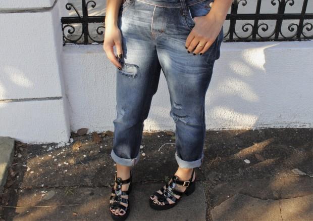 macacão jeans bandana e salto tratorado